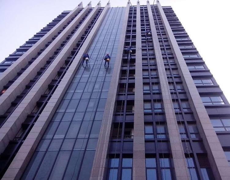 玻璃幕墙施工临边高空作业的安全防护要求
