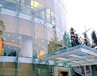 简析全玻璃幕墙的构造特点和构成部件
