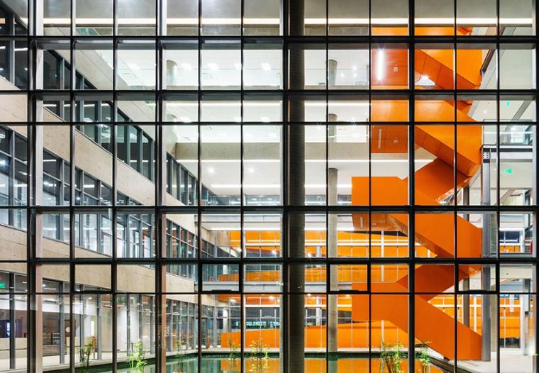 在热情的圣保罗,亮橙色楼梯与大玻璃更配噢