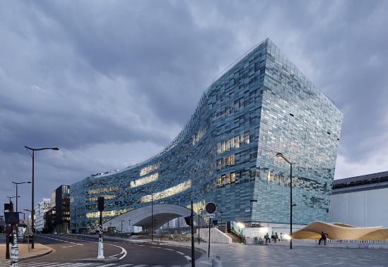 """一道拱""""扛起""""总部大楼,20000多块玻璃砖打造斑驳立面"""