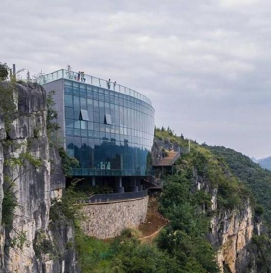 溶岩美术馆――生长于165米悬崖峭壁上的玻璃幕墙建筑