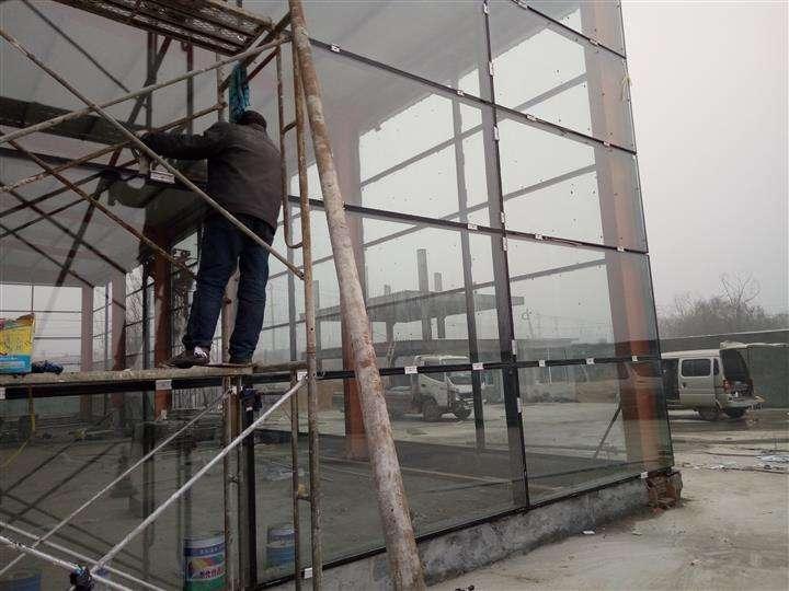 玻璃幕墙的施工现场
